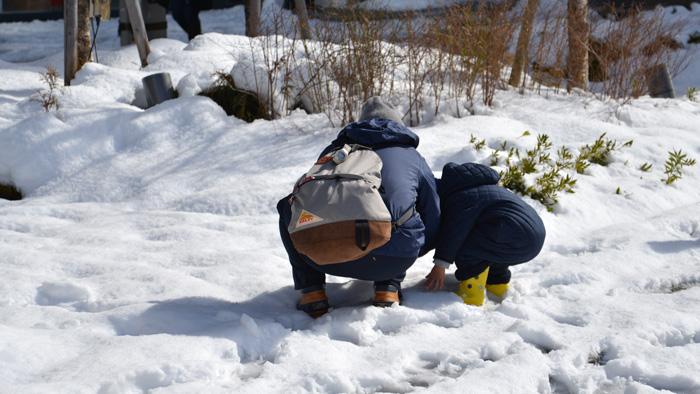 中目黒駅前にて「雪で遊ぶ親子」。