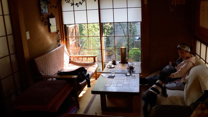 紫陽花カフェのソファーに座る、出産間際の妻