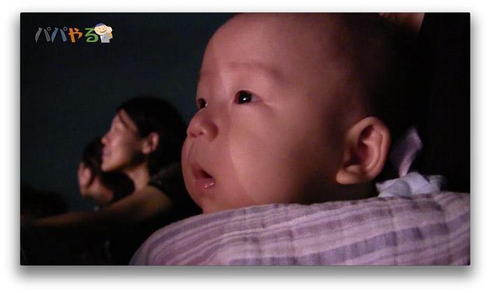 大きな花火をじーっと眺める赤ちゃん。