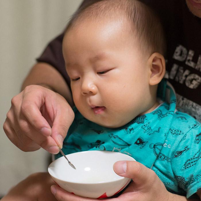 赤ちゃん生後5ヶ月、離乳食にチャレンジ!
