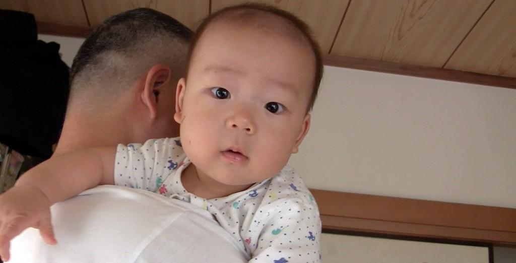 パパに抱っこであやしてもらう赤ちゃん