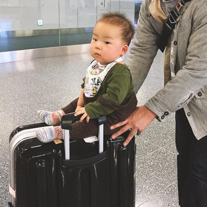 スーツケースの上にのった赤ちゃん
