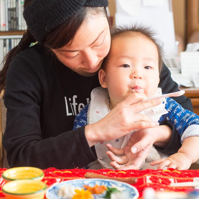 ママと一緒におせち料理を食べる鼓太郎。