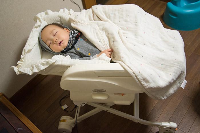 生後9ヶ月の赤ちゃん、コンビの電動ベビーラックで寝る。
