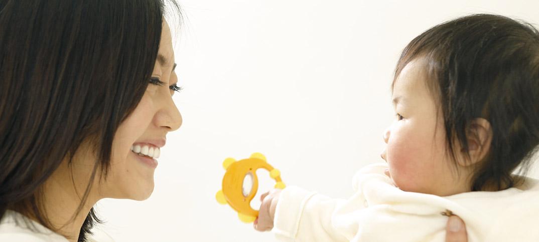 理化学研究所が赤ちゃんの常識に待った!母親が子供に話しかける時、はっきりと発音していなかった。