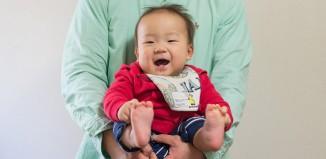 本日生後10ヶ月になりました。生後0ヶ月の頃と大きさ比較。デッカくなったなぁ〜。