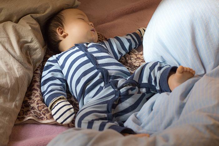 赤ちゃん、寝る時に手袋をつける。朝までOKでした。