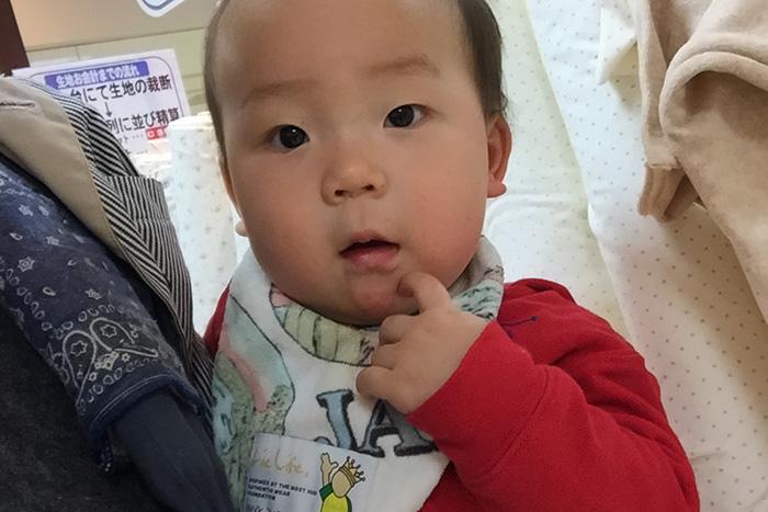 布団カバーの生地選びに付き合わされている赤ちゃん(0歳の息子)