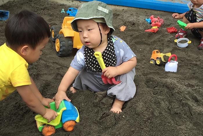 はじめての砂場遊び。