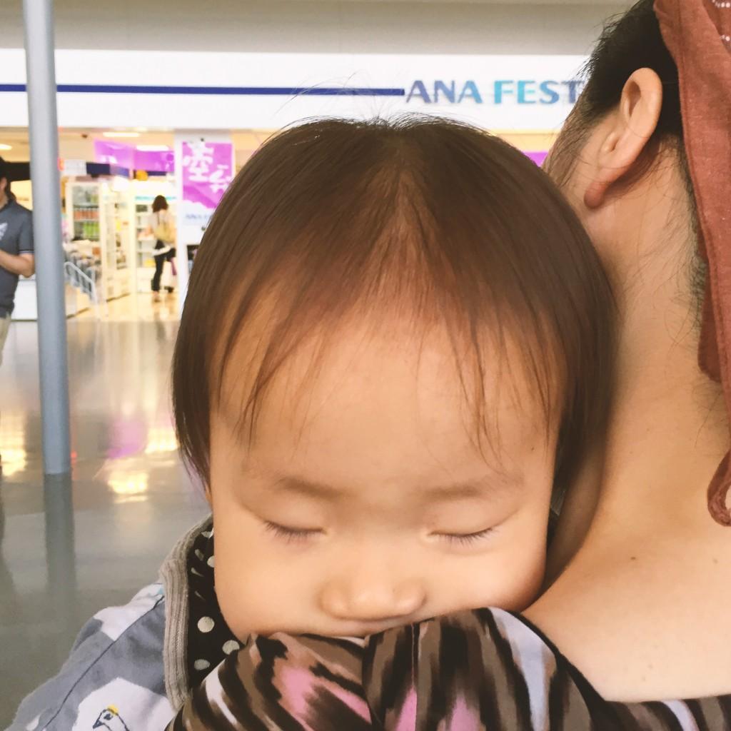 関西国際空港にて。待っているあいだに寝ちゃった。