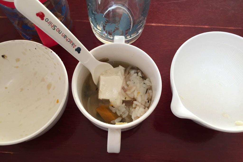 ごはん、味噌汁、おとうふ。全部ひとつにまとめてぶっかけ飯。パパは、これを食べてしまいました。