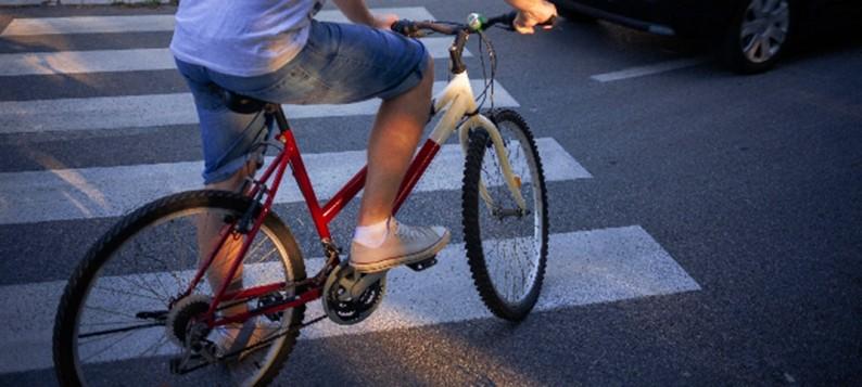 靴ひもが自転車のペダルに絡まり横転。バスにひかれて死亡、運転手逮捕。