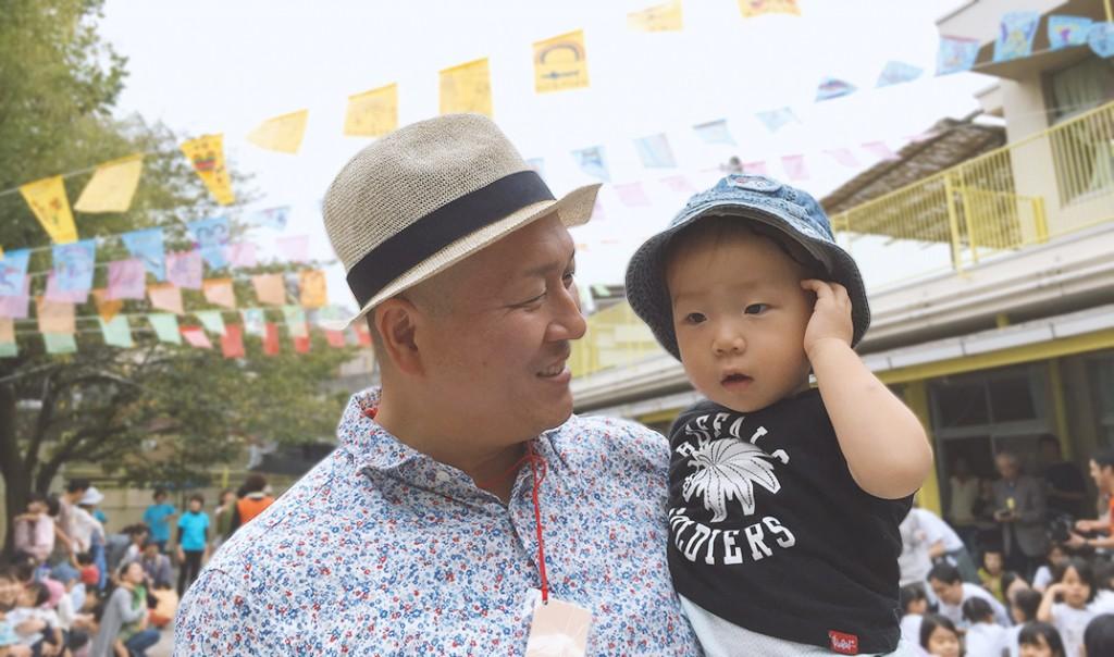 保育園の運動会で、パパに抱っこされた1歳の息子