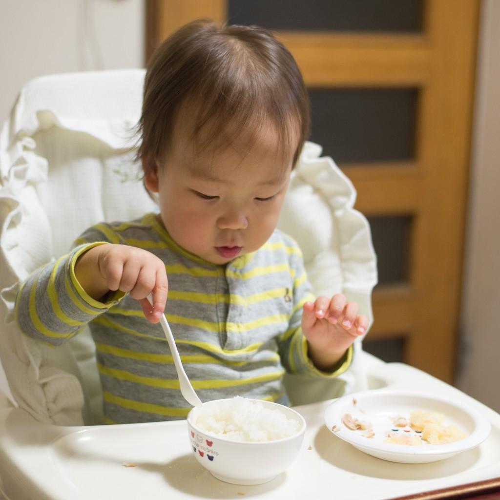 1歳半、白ごはんをひとりでガツガツ!