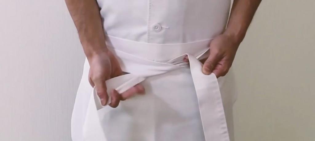 寿司職人から学ぶ、清潔感ある前掛けの結び方。世界の和食レストランは、10年でおよそ4倍に急増!