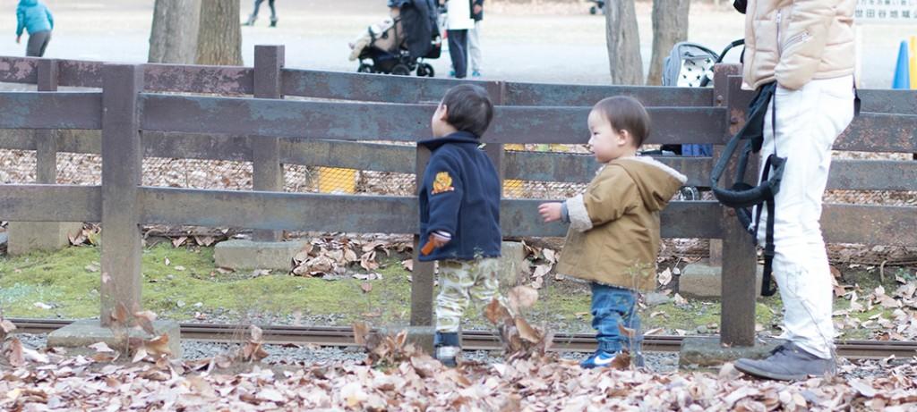 世田谷公園でお友達と走り回る1歳児。
