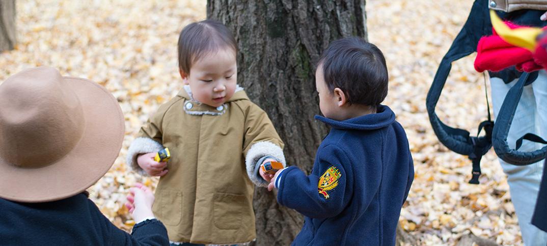 1歳7ヶ月、ともだちと遊ぶ姿に成長を感じる! 世田谷公園でトミカ片手に走る男児ふたり。