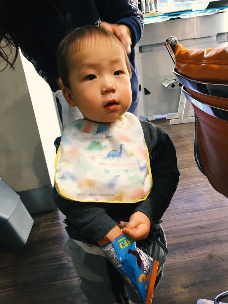 1歳児の散髪、ビブ(前掛け)を活用