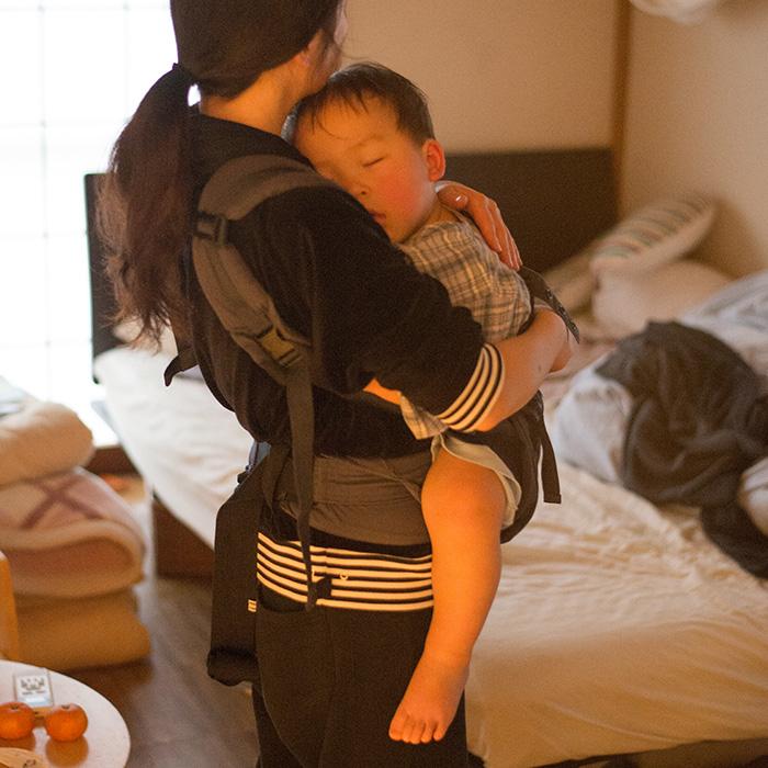 卒乳チャレンジ! 断乳中に抱っこ紐で寝かしつけるママ