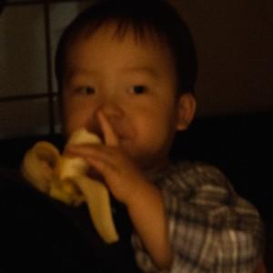 夜、ママの抱っこ紐の中でバナナを食べるこたろー。