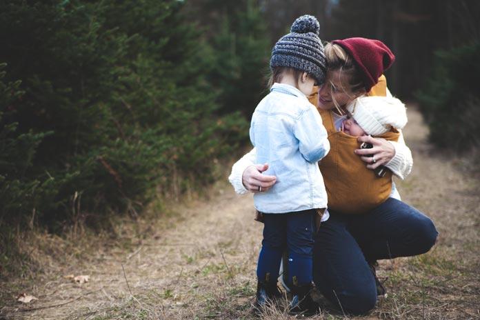 幼い子どもを抱きしめる母親