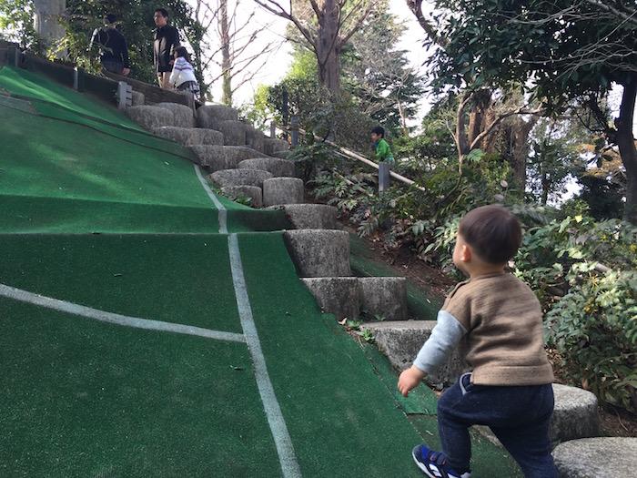 にこにこパーク 石段と坂道をのぼる1歳の男の子