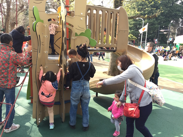 にこにこパークのワンダージャングルに集まる幼い子供達