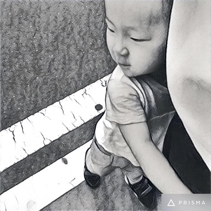 パパの足にしがみつく息子。