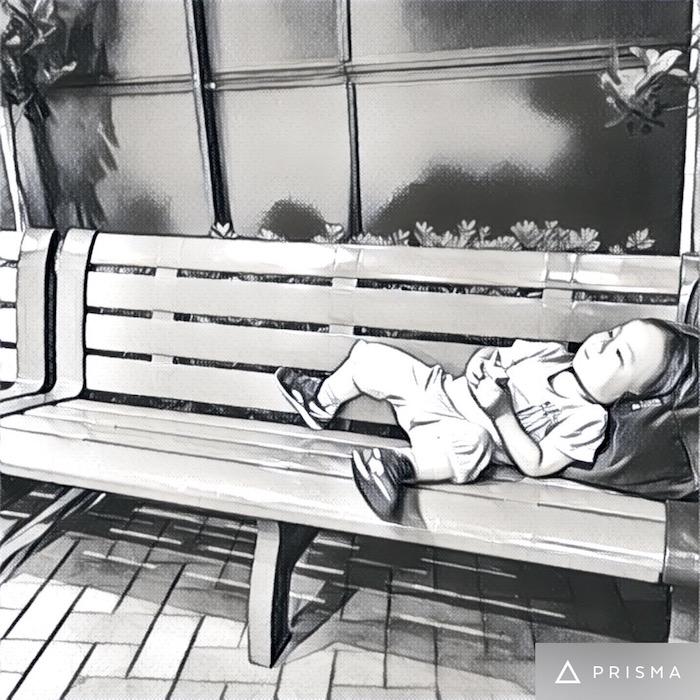 ベンチでジュースを飲む息子。態度悪い!笑