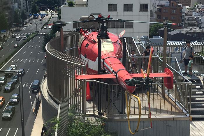 屋上に設置されている消防ヘリコプター(消防博物館 東京消防庁)