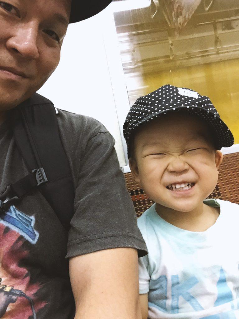 パパと息子、ふたりで地下鉄