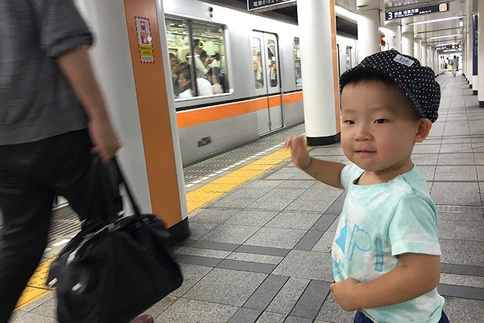 地下鉄にバイバイする2歳児