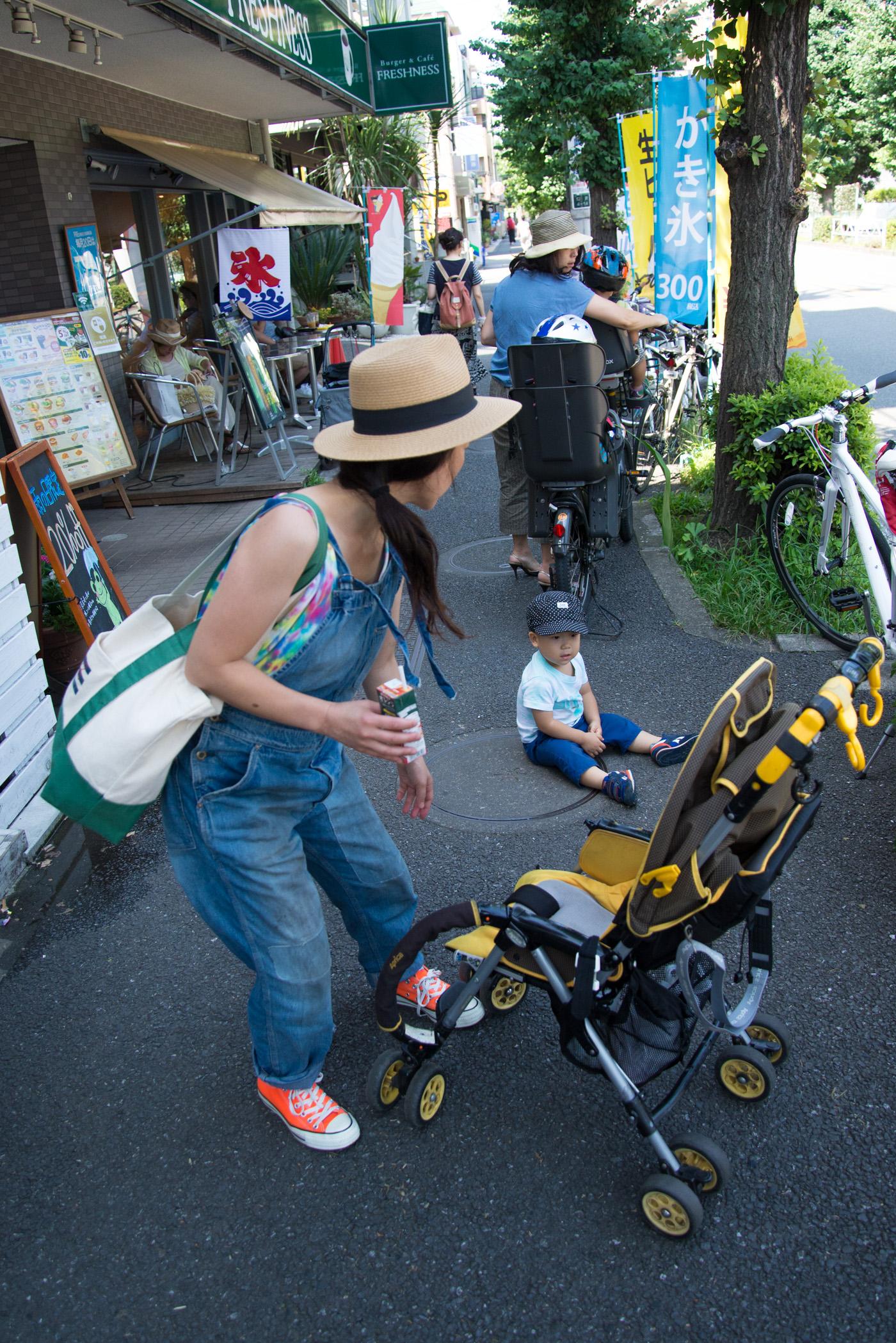 駒沢公園となりのフレッシュネスバーガーの店の前でイヤイヤ