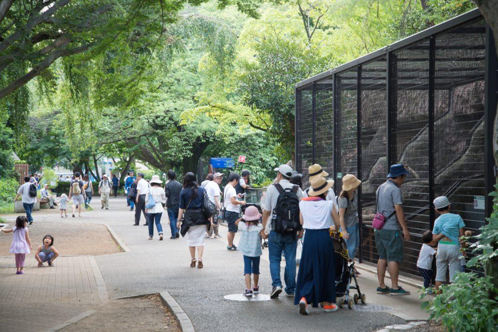 園内を歩く人々(井の頭公園の動物園 / 東京・吉祥寺)