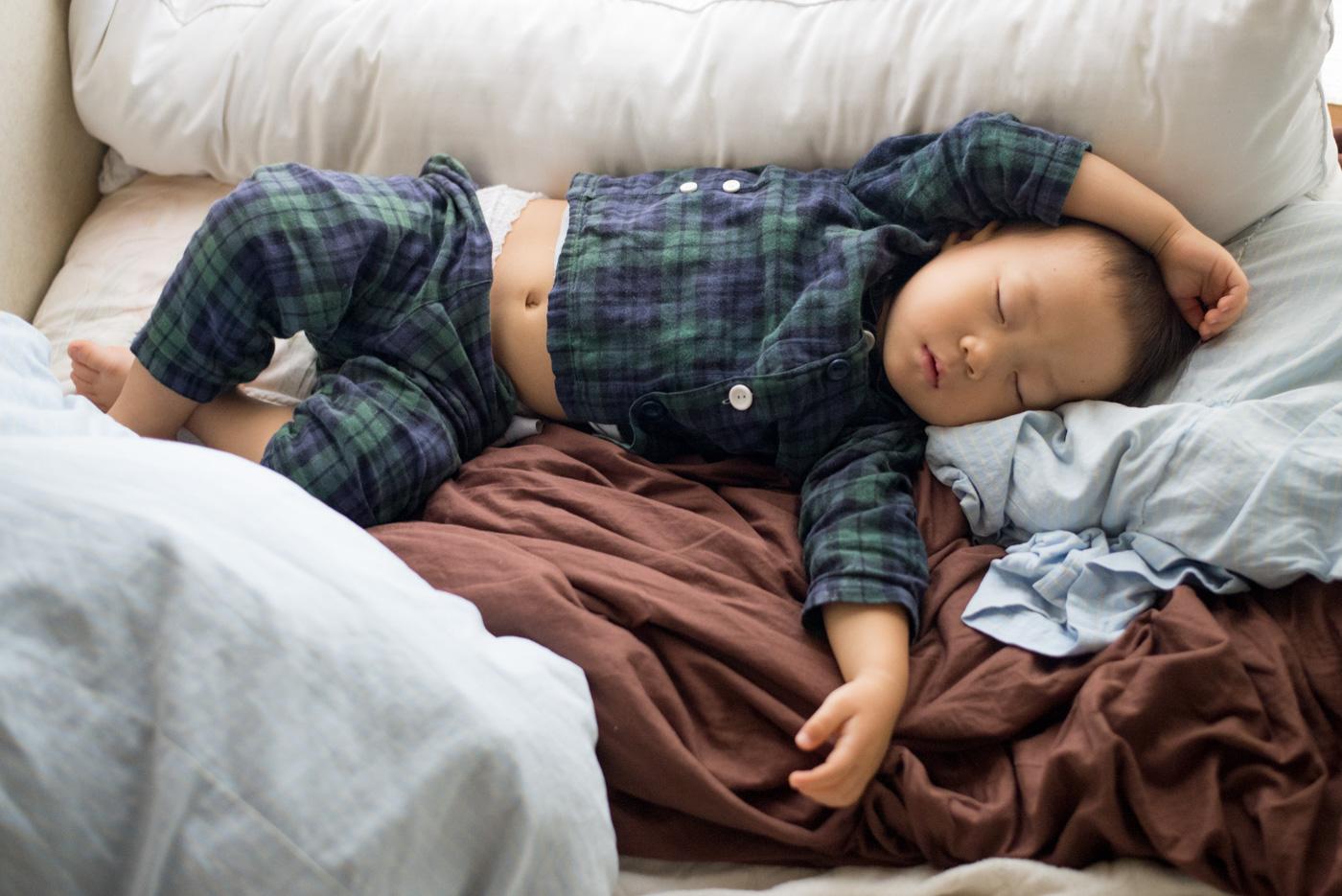 パパの隣で寝ている息子