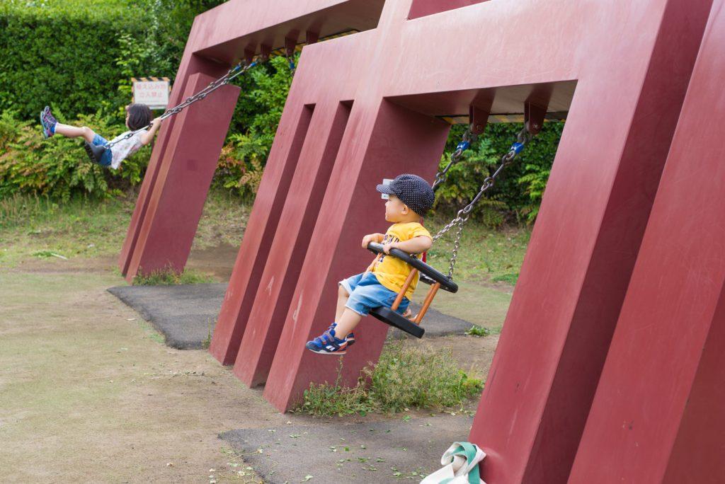 港区立檜町公園のブランコで遊ぶ子供たち
