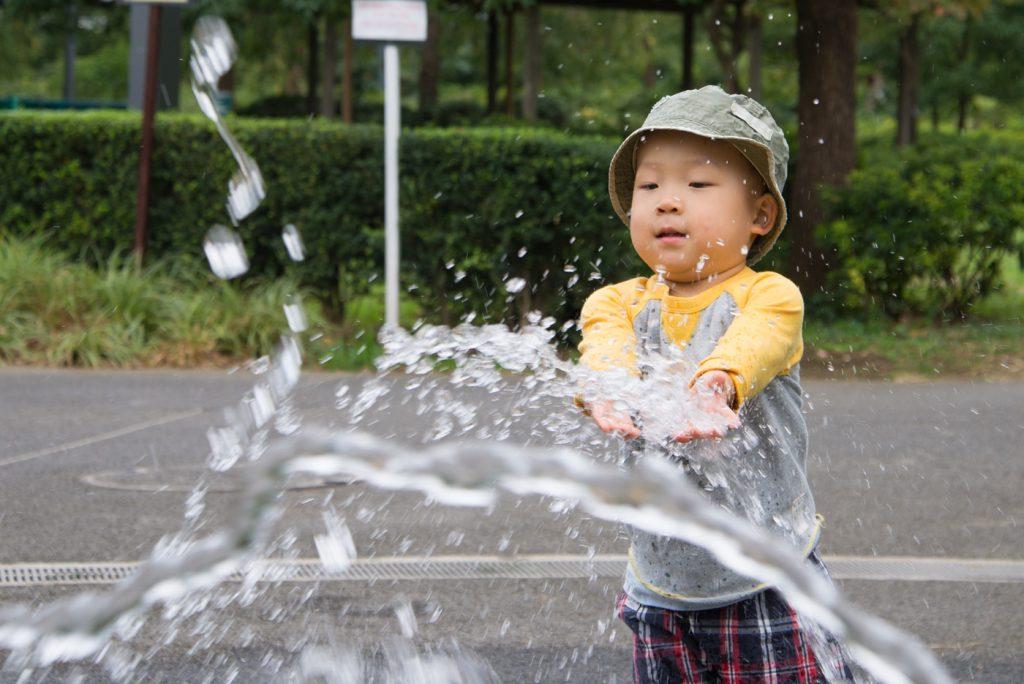 港区立檜町公園の噴水で遊ぶ子供