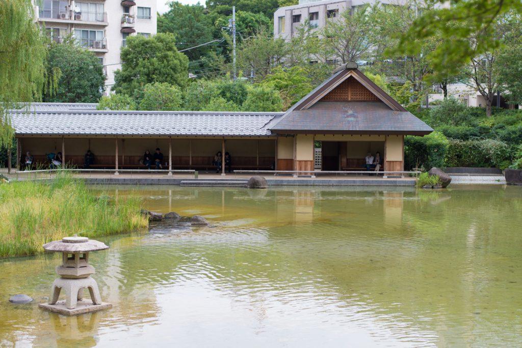 港区立檜町公園にある和風の休憩所と池