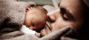 0歳の赤ちゃん、添い寝は危険! 大人用布団で窒息死、親で圧死など、家庭内死亡事故5年間で160人