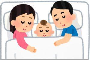 夫、妻、赤ちゃん。3人で川の字で添い寝