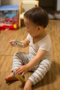 クロネコヤマトの宅急便から届きた荷物からミニカーを喜ぶ息子。2歳