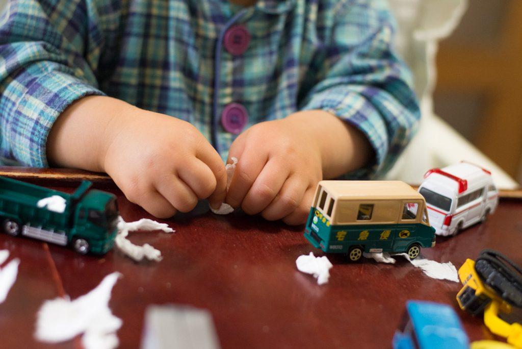 クロネコヤマトの宅急便から届きた荷物からミニカーで遊ぶ息子。2歳