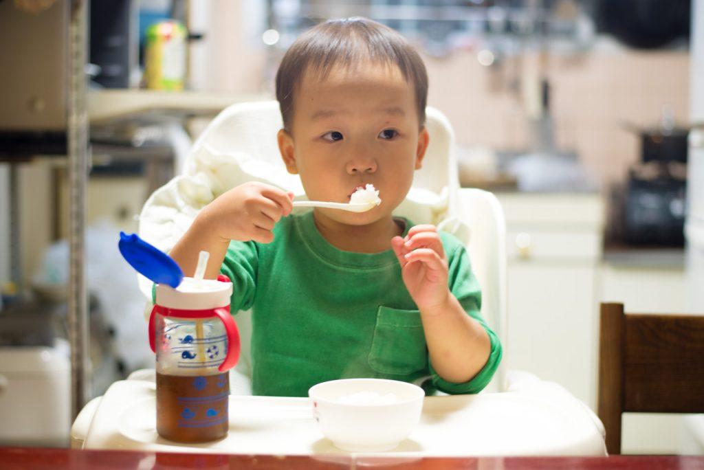 ふーふーしながら炊きたてごはんをたべる鼓太郎。2歳半