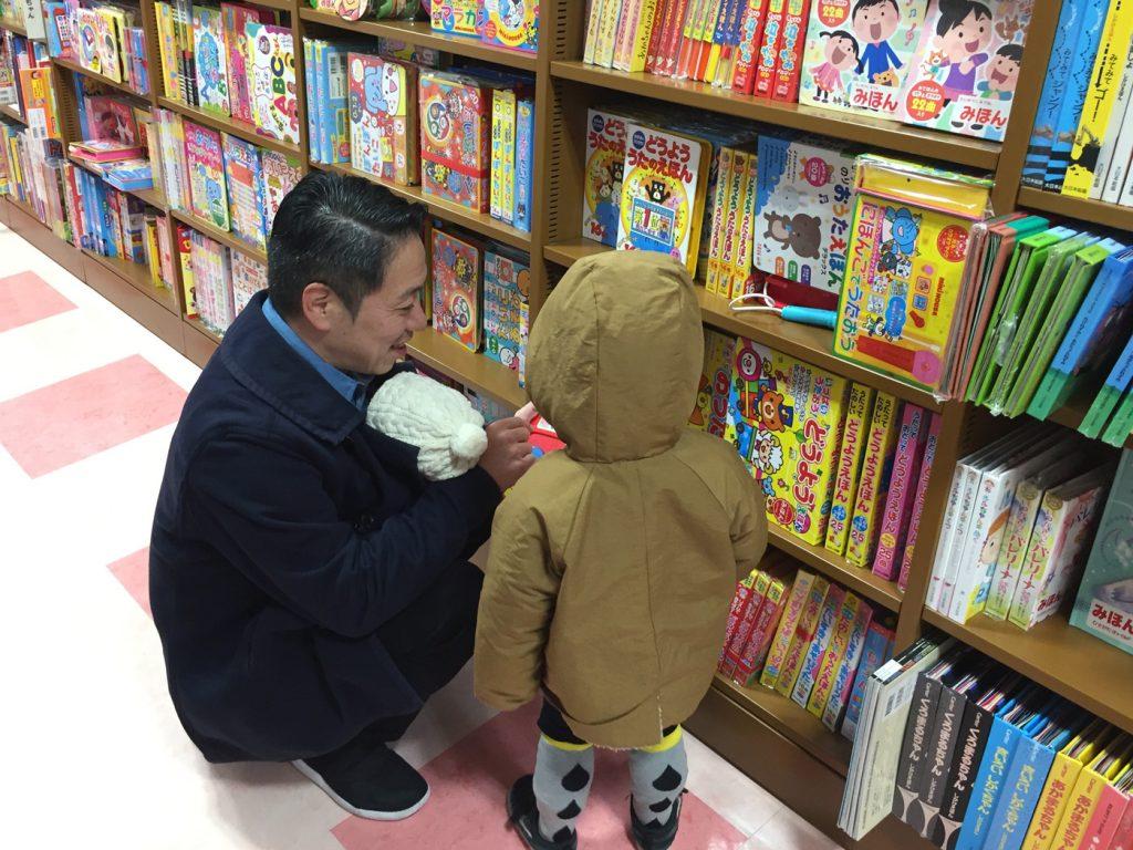 京都駅 大垣書店で絵本を買ってもらう鼓太郎