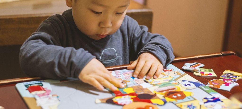 2歳からのオモチャはパズルが最高! 熱中するし、安いし、集中力アップで幼児教育にもなる