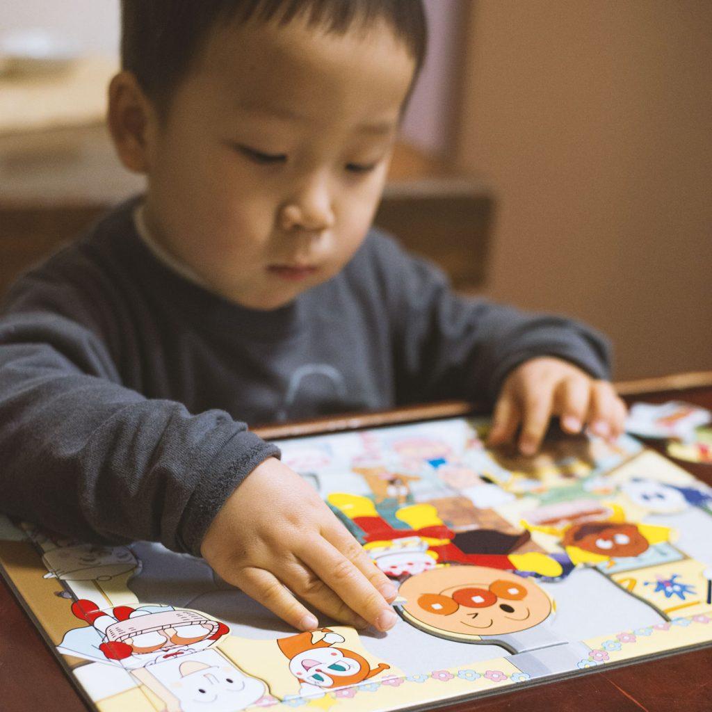アンパンマンのパズルに熱中する鼓太郎(2歳)