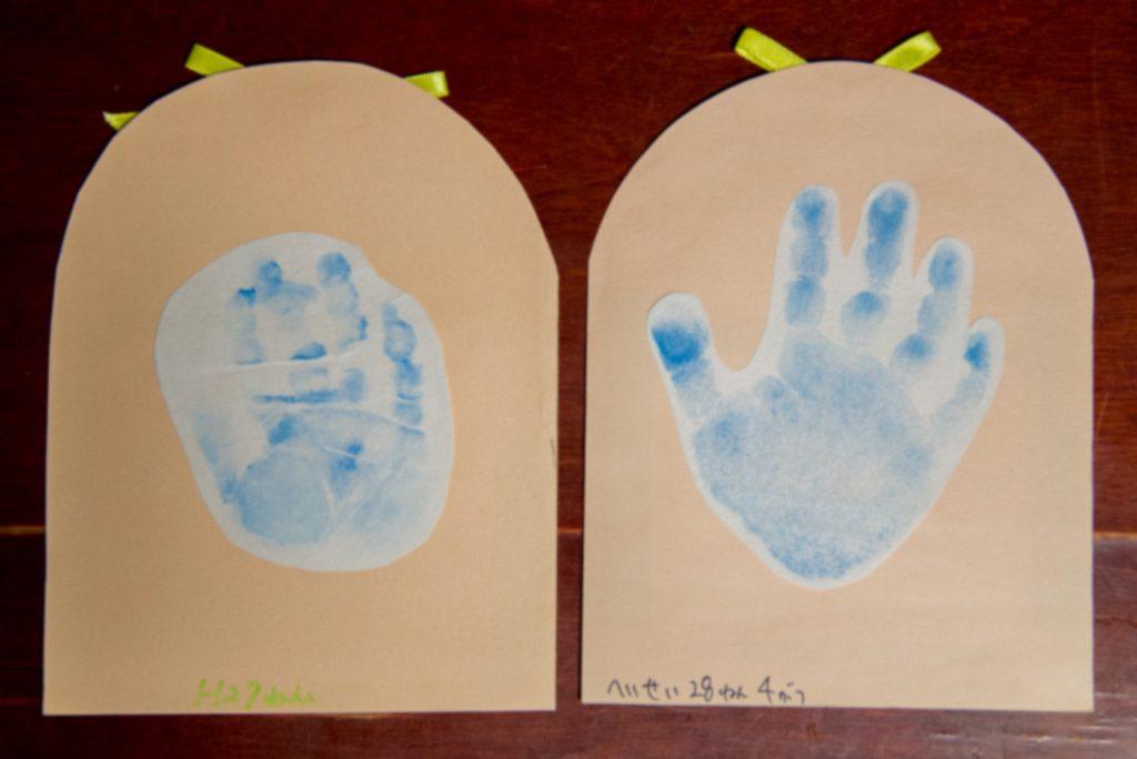 1歳の手形と2歳の手形。大きさの比較