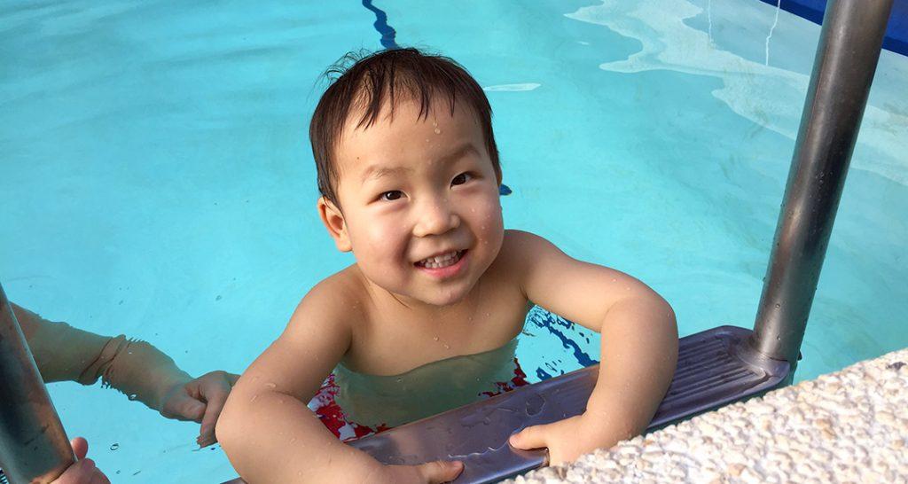 パークレーンホテルのプール、2歳の鼓太郎と