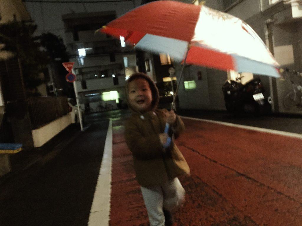 2歳10ヶ月。自分で傘を上手に開いて、持って、歩いて、閉じました