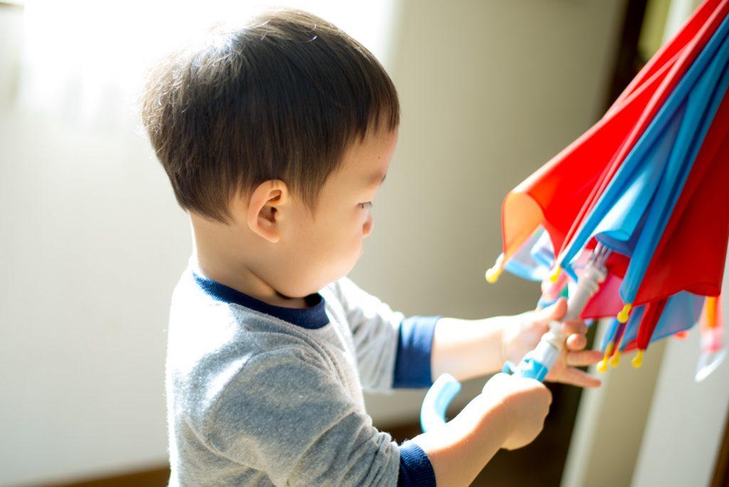 2歳10ヶ月、傘の練習